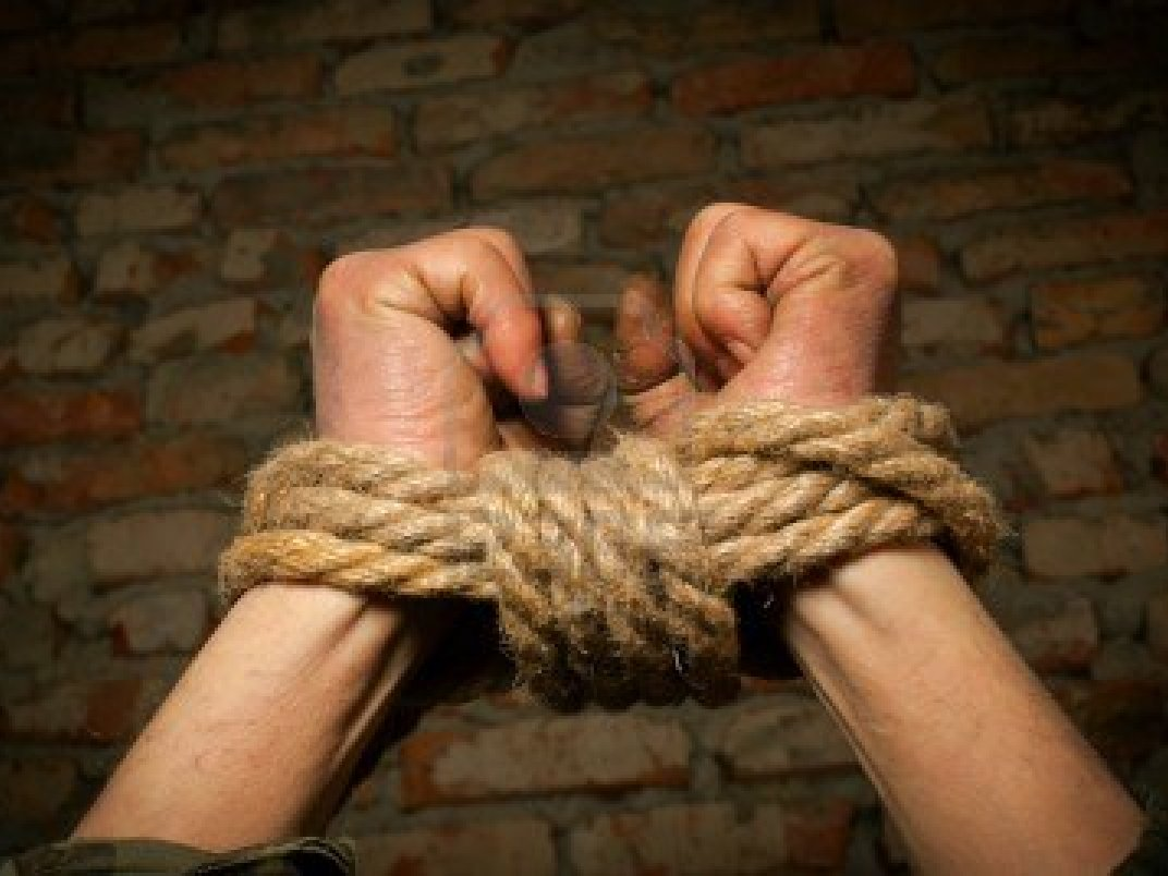 Человек связанный по рукам и ногам