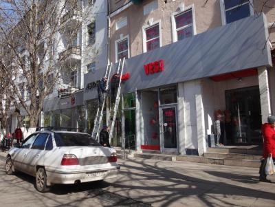 На проспекте Кирова начали монтировать «правильные» вывески