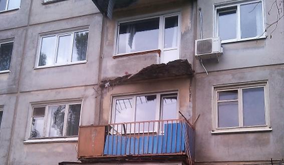 В балаково рухнул балкон пятиэтажного дома (фото).