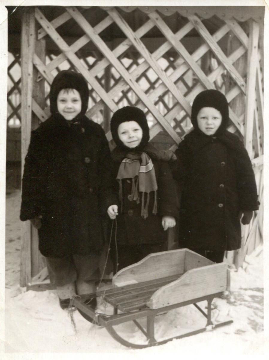 Юрий Сафронов (в центре) в 1955 году