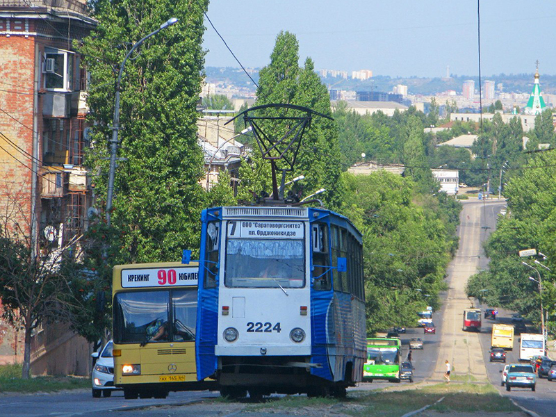 Трамвай №7 на ул. азина в Заводском районе Саратова