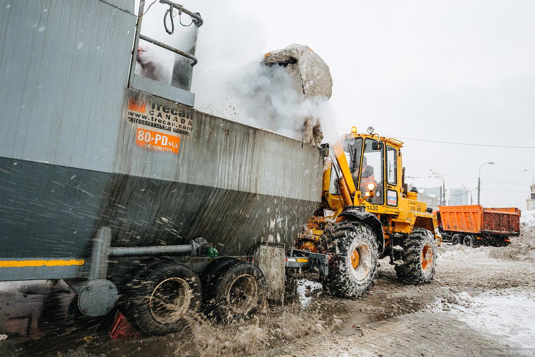 Снегоплавильными машинами в Москве, вотличие от Саратова, не перестают пользоваться.