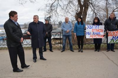 В Энгельсе дольщики вышли на набережную с плакатами «Хватит отписок - мы ждем действий»