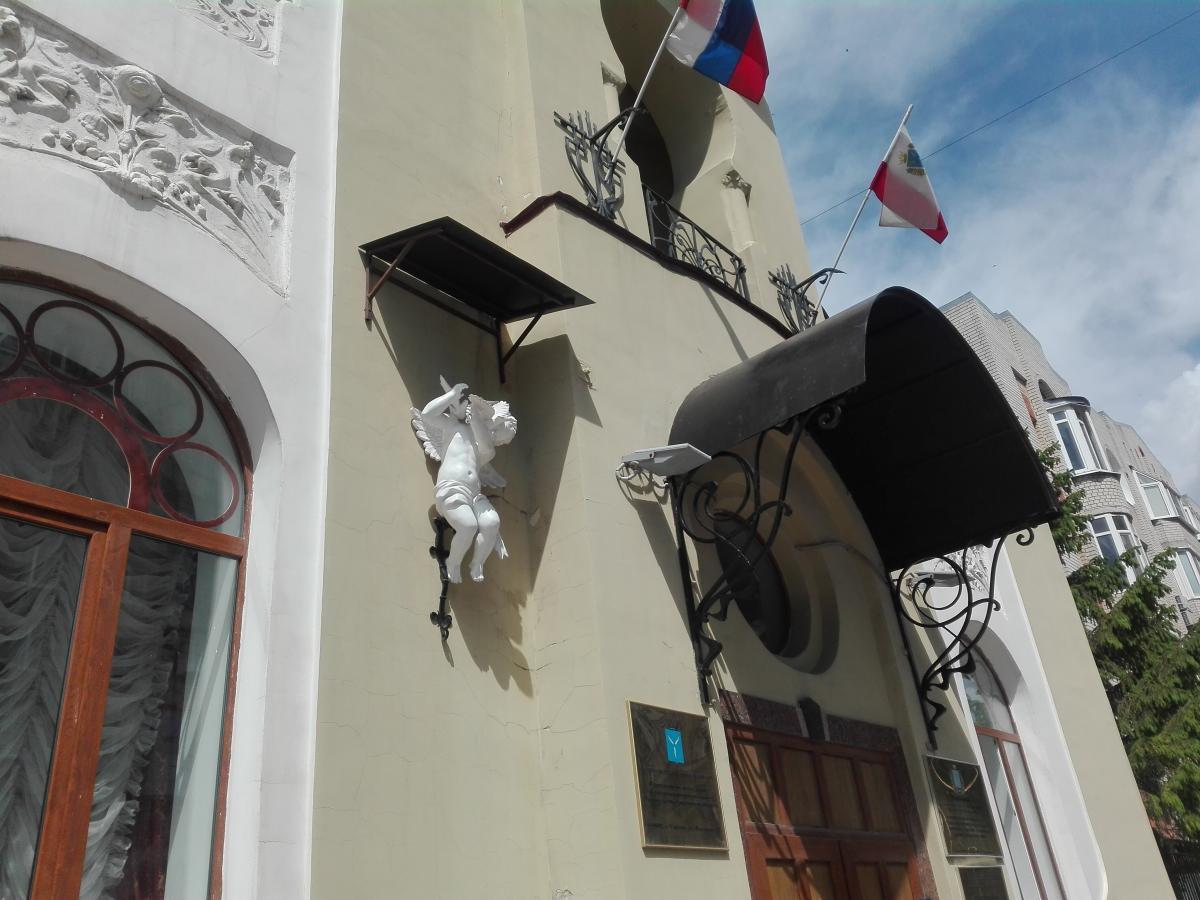 Позорный козырён над купидоном на здании дворца бракосочетаний на улице Волжской в Саратове