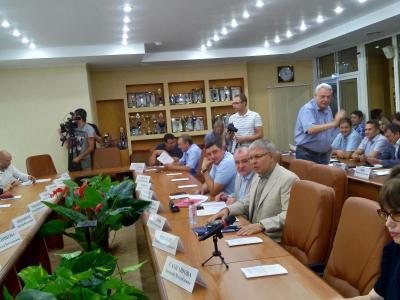 Глава Питерского района пожаловался депутатам на недостаток кадров