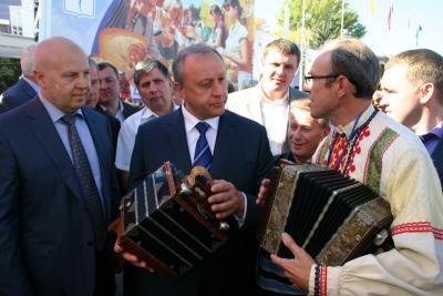 В 2012 году губернатор поддержал идею обучать игре на гармошке в музыкальных школах
