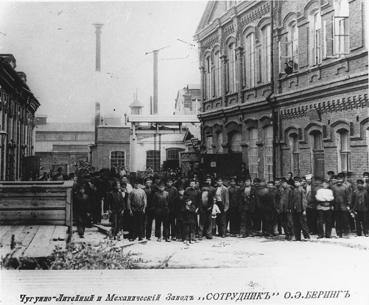 Рабочие завода Беринга в Саратове в начале XX века.